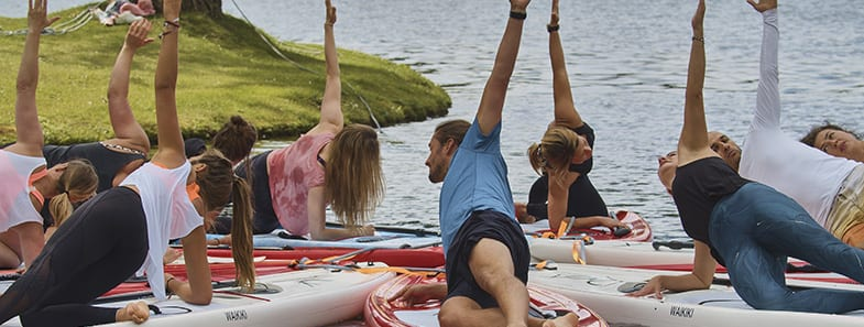 SUP Yoga beim Sonnenuntergang im Olympiapark